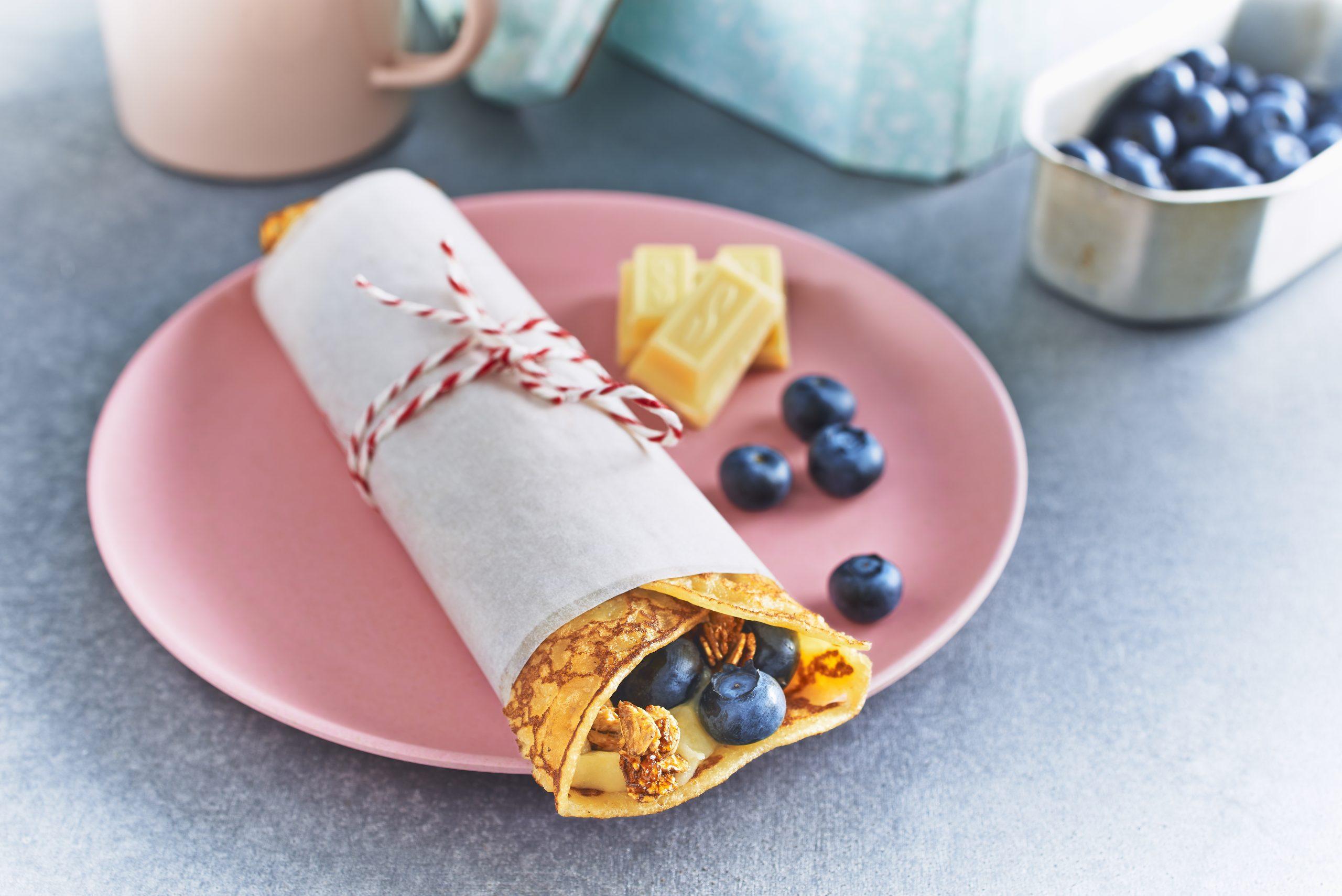 Ein süßer Wrap gefüllt mit einer Creme aus weißer Schokolade und Macadamia-Nüssen sowie mit herrlich frischen Blaubeeren schmeckt einfach super lecker und eignet sich perfekt fürs Mitnehmen, auch fürs Picknick.