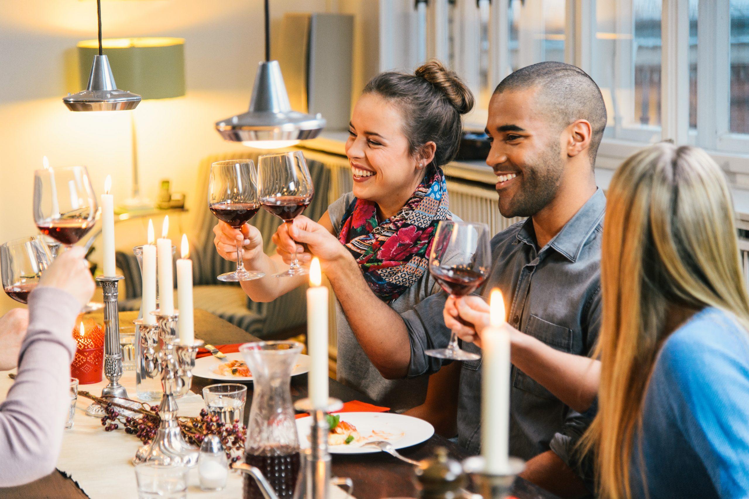 Soziale Genüsse: Ein schönes Abendessen mit Freunden ist fast immer ein tolles Erlebnis.