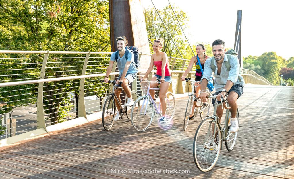 Ein Fahrradtrip macht Spaß; bei Etappenpausen ist leckerer Proviant gefragt.