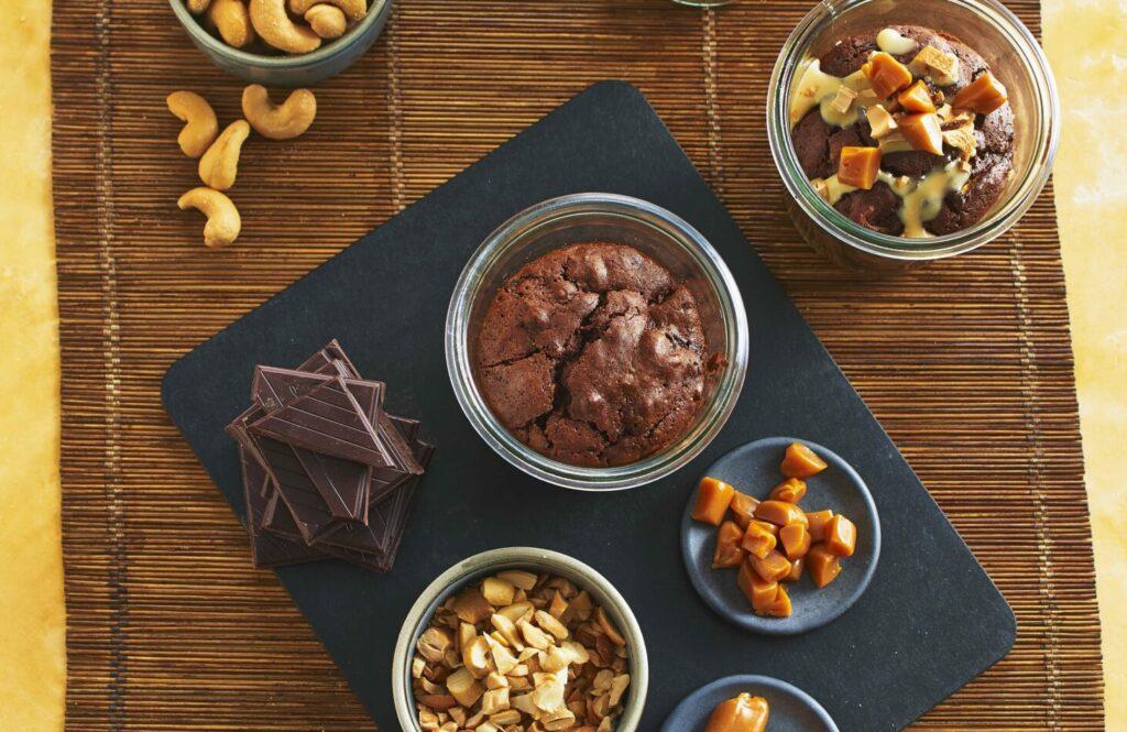 Ein Brownie aus Schokolade und Zucchini im Glas eignet sich wunderbar zum Mitnehmen, z. B. für Etappenpausen bei Radtouren oder Wanderungen.