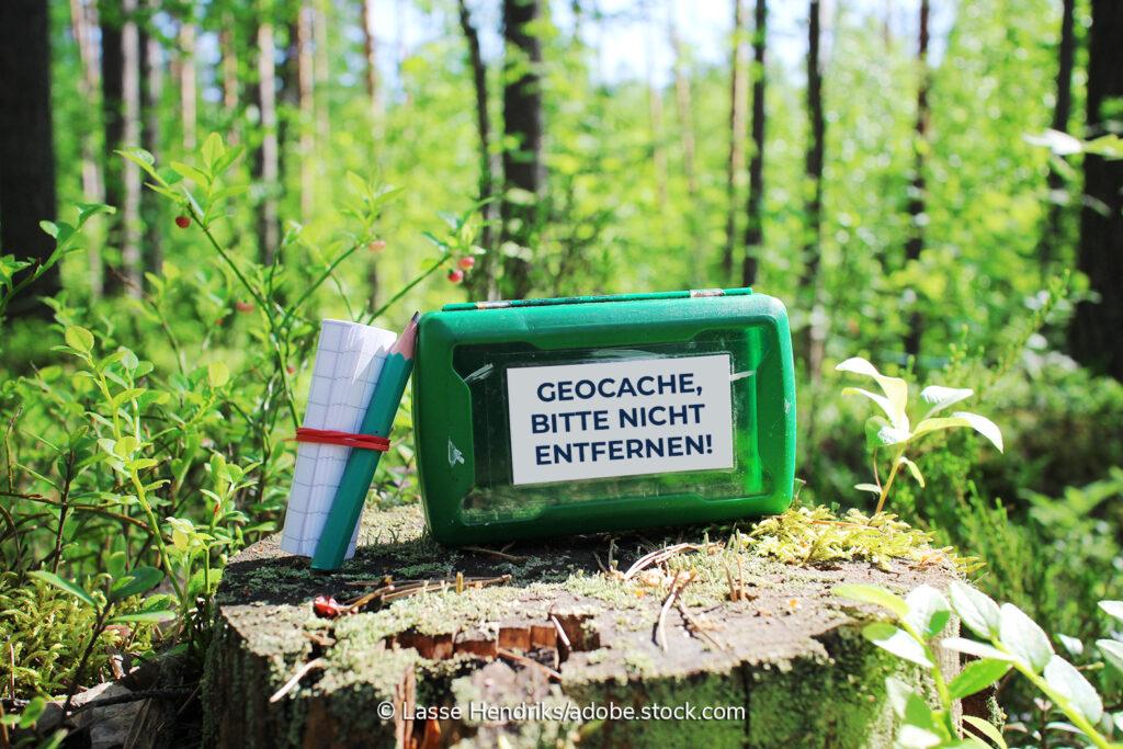 Beim Geocaching sucht man einen Cache, etwa eine versteckte Box, dokumentiert den Fund, nimmt etwas aus der Box heraus und gibt etwas im Austausch in die Box hinein.