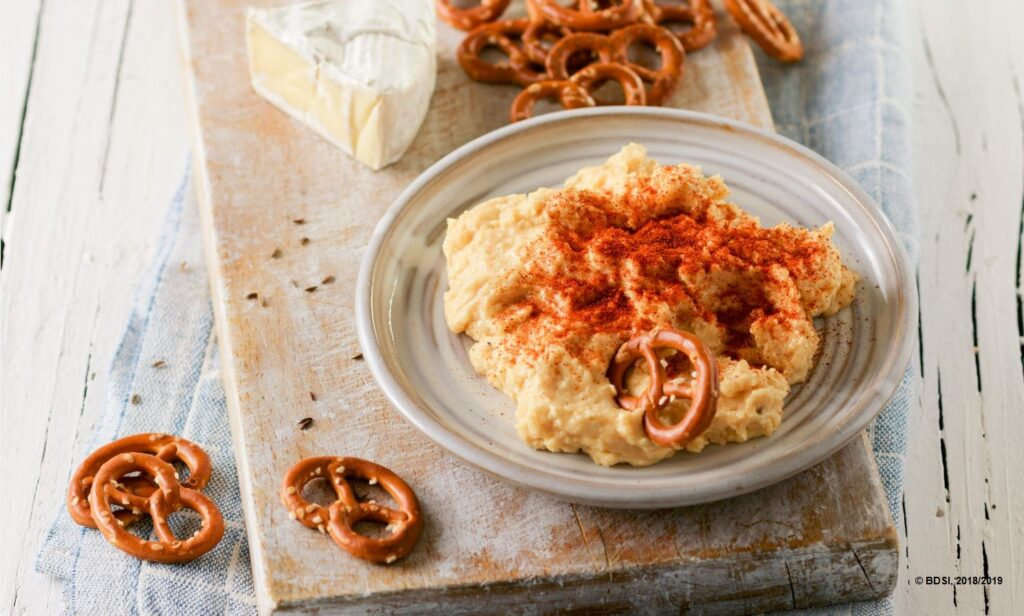 Ein leckeres Obatzda-Rezept gehört zu einer Oktoberfest-Brotzeit dazu